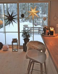 Wonderful suggestions for winter decoration : Scandinavian interior with decoration made of paper stars Natural Christmas, Simple Christmas, Christmas Lights, Christmas Decorations, Holiday Decor, Christmas Wreaths, Scandinavian Christmas, Scandinavian Interior, Appartement New York