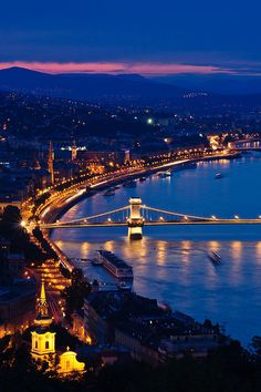 Budapest at night | Hungary (by Andrés Valdaliso)