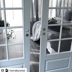 Från en etta till en tvåa med glasdörrar var smart @homebywest - snyggt  #swedoor #swedoorse #semindörr #mindrömmdörr #endörrgörskillnad #jagälskardörrar #pardörrar #dörr #innerdörr #interiör #inredning #inspiration #nybygg #renovering #uppfräschning #nyadörrar #boendemedstil #nordicliving #dörrlösningar #dörruniversum House, Inspiration, Modern, Biblical Inspiration, Haus, Home, Inhalation, Homes