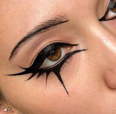 Fashion Editorial Makeup Graphic Eyeliner Ideas Fashion Editorial Make Up Grafik Eyeliner Ideen - Besondere Tag Ideen Grafik Eyeliner, Black Makeup Looks, Black Makeup Gothic, Black Eye Makeup, Black And Gold Eyeshadow, Face Off Makeup, Fire Makeup, Burgundy Makeup, Silver Makeup