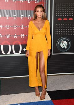 Gigi Hadid showed off her toned figure in a mustard yellow Emilia Wickstead dress at the 2015 MTV VMAS.