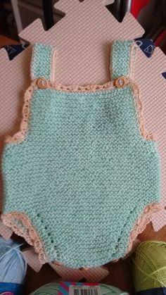 Hola amigas, todas sabemos lo difícil que es vestir a un recién nacido, todo le esta grande, y parecen payasitos vestidos, les ... Crochet Baby, Knit Crochet, Knitted Baby Clothes, Culottes, Baby Online, Baby Knitting Patterns, Baby Booties, Baby Dress, Lace Shorts