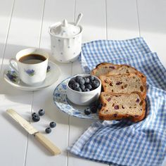 Starting this fine weekend with fruit bread, blueberries and coffee! Happy Saturday lovelies! #breakfastofchampions #breakfast #onmytable