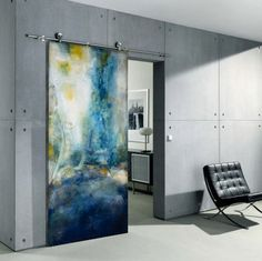 Яркий оттенок двери разбавляет серый однотонный интерьер