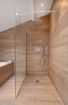 Douche entièrement recouverte de planche en bois avec séparation en verre. #déco #idée #inspiration http://www.m-habitat.fr/douche/types-de-douches/la-douche-a-l-italienne-279_A