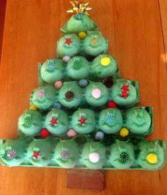 Me gusta este arbolito navideño con cartones de huevos ;)