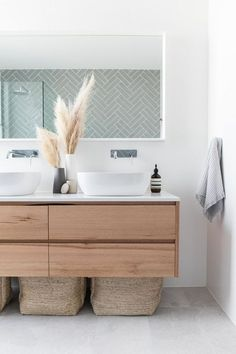 Modern Bathroom Design Ideas – Pictures of Contemporary Bathroom The most interesting about having a modern bathroom is on its simplicity without losing its function. Here, we want to share with you 10 modern bathroom design ideas which will inspire to Bathroom Vanity Designs, Bathroom Interior Design, Decor Interior Design, Bathroom Ideas, Bathroom Renovations, Gold Bathroom, Remodel Bathroom, Bathroom Trends, Vanity Bathroom