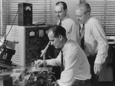 The transistor turns 65 years old. Technology today would be completely different without it. Yet hardly anyone knows who the creators were: William Shockley, John Bardeen and Walter Brattain. Computer History Museum, Semiconductor Materials, Institute Of Physics, Heart Touching Story, Proof Of Concept, Happy May, 65 Years Old, Antique Radio, History