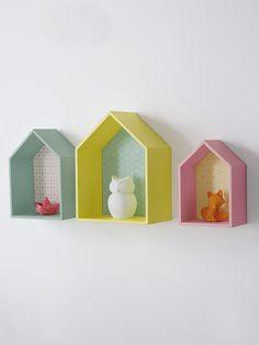 Inspirée de la déco nordique, ces 3 étagères en forme de petites maisons se démarquent par leurs couleurs gaies et leurs motifs. #home #chambre #déco #enfant #bébé #kidsroom #scandinave #nordic - Collection Printemps-Eté 2016 - www.vertbaudet.fr