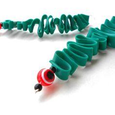 Orecchini di plastica riciclata con perline. - recycled plastic earrings with beads. - pendientes de plastico reciclado con granos