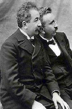 Os irmãos franceses Louis e Auguste Lumière realizaram a primeira projeção cinematográfica em Paris, no Salão Indiano do Grand Café do bulevar des Capucines, em 28 de dezembro de 1895. Os Lumière desenvolveram uma câmera-projetor chamado de cinematógrafo. Os dois revelaram sua invenção ao público em março de 1895 com um curto filme mostrando trabalhadores deixando a fábrica. Só em dezembro é que exibiram uma série de pequenas cenas da vida do dia-a-dia dos franceses -
