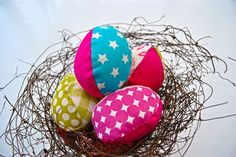 Fabric Easter eggs by prickigasystrar.blogg.se   .. pattern from retromama http://prickigasystrar.blogg.se