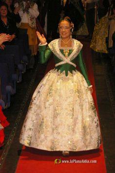 Marta Agustin, Fallera Mayor de Valencia 2008 con falda cruda y justillo verde de manga larga. Traje del SXVIII. #falla #fallas #fallera #falleras