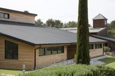 School in Mougins (France) by Mauclet Alexandre, Installer: SO.P 34, St Georges d'Orques, Copyright : Paul Kowslowski #School #France #AnthraZinc #Roofing #Wood #Bois #Zinc #Couverture #VMZINC #Ecole #Standingseam #JointDebout