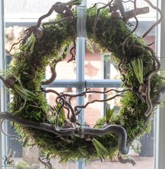 Mos, kronkelwilg, of -hazelaar, bloembollen Moss, willow or hazelnut blossom wreaths Easter Wreaths, Holiday Wreaths, Planter Box Centerpiece, Rustic Planters, Branch Decor, Special Flowers, Decoration Inspiration, Wreaths For Front Door, How To Make Wreaths
