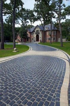 Unilock - Unilock Driveway with Courtstone and Brussels Block Paver Modern Driveway, Driveway Paving, Stone Driveway, Driveway Design, Driveway Entrance, Driveway Landscaping, Circular Driveway, Driveway Ideas, Stamped Concrete Driveway