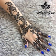 Mehndi Designs For Karwa Chauth (Top - TCT - - Putting Mehndi on their hands and getting all ready for the evening pooja is our custom. Here are the top 20 Mehndi Designs for Karwa Chauth. Henna Hand Designs, Mehndi Designs Finger, Mehandi Designs, Latest Arabic Mehndi Designs, Unique Mehndi Designs, Mehndi Designs For Fingers, Beautiful Henna Designs, Henna Tattoo Designs, Bridal Mehndi Designs