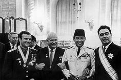 Soekarno dengan Yuri Gagarin, Nikita Khruchev dan Leonid Brezhnev di Kremlin (Moscow, Juni 1961)
