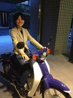 やっぱりカブが好き。 の画像|美しい惑星を研究する若葉 ~宙に向かって、夢に向かって~ Honda Motorcycles, Vintage Motorcycles, I Love Girls, Cool Girl, Honda Cub, Scooter Girl, Asian Woman, Motorbikes, Cubs