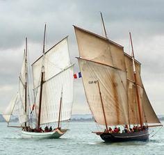 Bisquine : le plus fabuleux des voiliers de travail Après Nat' Herreshoff, qui a inauguré cette série sur les plus beaux sillages de la navigation à voile, voici la reine des voiliers traditionnels. Elle a les caractéristiques d'un IMOCA – longueur, largeur, voilure. Sauf le poids : 50 tonnes ! La bisquine, qui a régné sur la baie du Mont-Saint-Michel de 1890 à 1930, continue de naviguer. Et de faire rêver. (Les deux sœurs ennemies)