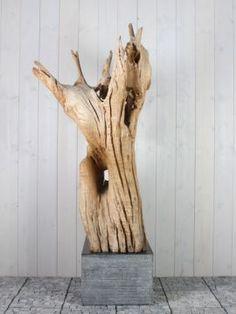 Mooi en discreet voor zowel binnen als buiten in uw achtertuin. Houtsculptuur 69GJ. De urn kan worden geplaatst in een holle sokkel. Zie ons gehele assortiment op onze website gedenkornamenten.nl. Neem bij vragen gerust contact met ons op.