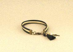 Bracelet cordons cuir noir et beige, pompon noir et breloque clef : Bracelet par lounah