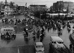 Herinner je Utrecht: De rotonde aan het Leidseveer te Utrecht, 1959. Rechtsboven op de achtergrond de oude Jaarbeursgebouwen en daartegenover het gebouw van Vinke.