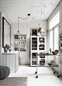 White Room' - a studio with beautiful one-off vintage pieces - photo Lisa Cohen / styling Lynda Gardener.'The White Room' - a studio with beautiful one-off vintage pieces - photo Lisa Cohen / styling Lynda Gardener. Rustic Kitchen, Kitchen Decor, Kitchen Industrial, Mini Kitchen, French Kitchen, Kitchen Cart, Kitchen Colors, Kitchen Living, Kitchen Tips
