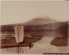 Un Japonais sur sa jonque, avec le mont Fuji en arrière-plan, autour de 1890.