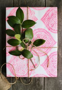 Gift Wrapping Ideas That Aren& the Same Old Boring Santa Paper Creative Gift Wrapping, Creative Gifts, Wrapping Ideas, Diy Wrapping Paper, Diy And Crafts, Paper Crafts, Indian Block Print, Diy Inspiration, Diy Weihnachten