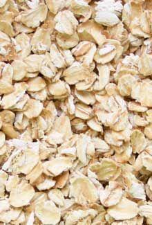Para qué sirve la avena?  Una de las propiedades de la avena es el calcio que ayuda a fortalecer huesos y dientes. La avena posee una gran cantidad de vitaminas y minerales.  La avena contiene una alta cantidad de fibra, la cual favorece a la digestión y aporta muchos más beneficios. Uno de los beneficios de la avena es que prácticamente no contiene grasa. La avena también contiene muchas proteínas.