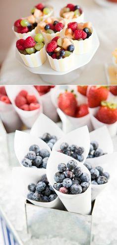 Fun fruit display ideas for weddings or parties! Ideas para presentar mini foods frutales!