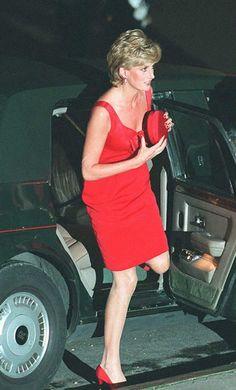 Công dụng thật ít ai biết của túi ví nữ hàng hiệu trên tay Công nương Diana