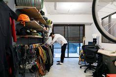 「趣味の部屋」の広さは約6畳。置きたいもののサイズや量に合わせて、棚やハンガーラックを造作した。