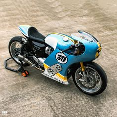 Phantom Blaze: The supercharged Triumph Thruxton R leading the Sultans of Sprint