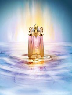Edition limitée  printemps 2011 Révélez la déesse solaire qui est en vous !  Dans la lumière fascinante et énigmatique de l'été, les rayons du soleil se transforment en or. Un or qui métamorphose le flacon talisman Alien dans un tourbillon de nuances ambrées et l'enrichit d'une nouvelle opulence olfactive.