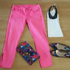"""J.CREW Pink Skinny Jeans Ankle Leg """"Toothpick"""" Front zip and button closure. Belt loops 5 pocket styling. Ankle leg Toothpick design with zipper at end of each leg In good condition with no stains or tears noted! Has some gently worn areas (shown in picture) Please note: Only item described in listing included. Other items appearing in picture for decorative purpose only From a pet & smoke free home! j.crew Jeans Ankle & Cropped"""