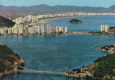 Cartão Postal da baía de São Vicente nos anos 1970. Ao fundo a praia do Itararé e praias de Santos antes da construção do emissário submarino.