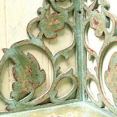 Arte popular desplaza esquina estante de la pared... Pintado a mano de madera vintage