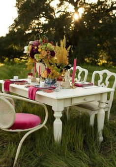 Just because it's getting chilly doesn't mean you can't eat outdoors. Set a gorgeous table and bundle up!