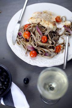 Tagliatelles aux olives, filet de cabillaud, oignon rouge et tomates cerise