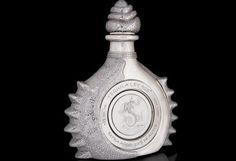 """Una botella del tequila """"La ley del diamante"""" está decorada con diamantes y platino y cuesta $3.5 millones."""