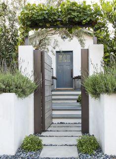 749 navy street, santa monica, ca 90405 halton pardee + partners White Exterior Houses, Exterior Paint, Exterior Design, Interior And Exterior, Front Garden Entrance, Front Courtyard, Entrance Gates, House Entrance, Landscape Design