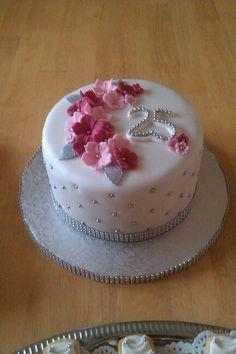 Torte Silberhochzeit Petra Pretty Cakes, Cute Cakes, Beautiful Cakes, Amazing Cakes, Fondant Cake Designs, Fondant Cakes, Cupcake Cakes, Bolo Do Ben 10, 80 Birthday Cake