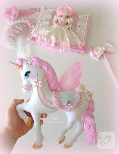 Keçeden dekoratif peri kanatlı pony at figürü, pembe saçlı prenses bebek ve yine pembe keçeden dekoratif balkabağı arabası, kız bebek odası süsleme fikirleri arayanlara...