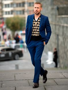 Our weekly roundup of GQ-approved kits from every red carpet, paparazzo spotting, and big-ticket event across the globe. Casual Dress Code For Men, Formal Dresses For Men, Nice Dresses, Formal Wear, Casual Wear, Ryan Gosling Suit, Ryan Gosling Style, Gq, Wearing A Tuxedo