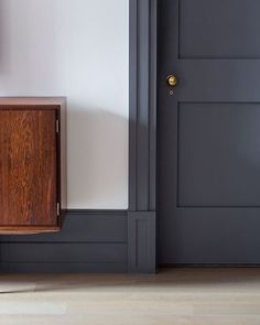 Dark trim with light walls These plinth blocks are the perfect example of how to transition from large baseboards to door trim beautifully. Dark Doors, Grey Doors, White Trim Wood Doors, Estilo Shaker, Plinth Blocks, Dark Trim, Grey Trim, Door Trims, Trim On Doors