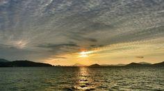 26 Sep. 17:38 雲から抜け出た博多湾の夕日です。 Evening  at  Hakata bay in Japan