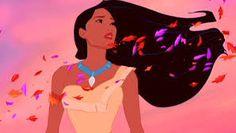 Pocachontas vendo as flores voadoras seguir em seu longo e lindo cabelo