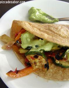 Tacos de vegetales sazonados a la parrilla. Una mezcla de calabacita, morrón, champiñones, chile y especias con una crema de aguacate. #vegan #vegetarian
